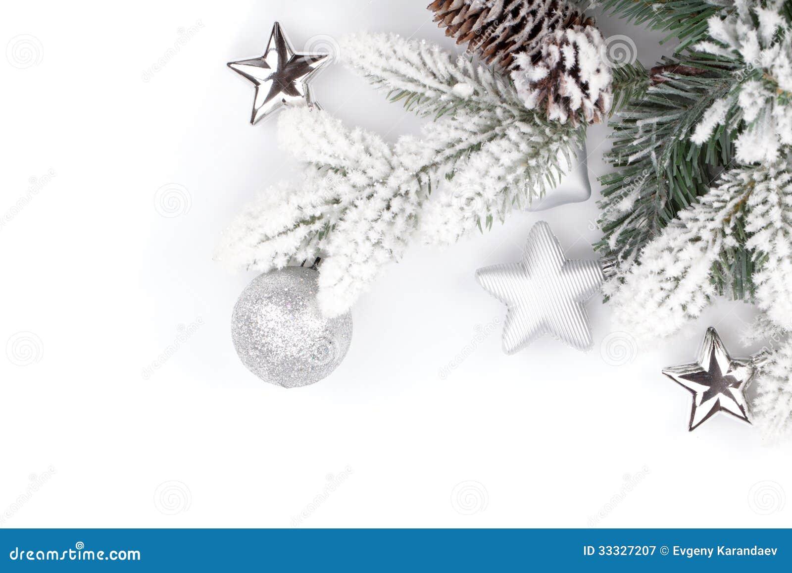Tannenbaumast Mit Dem Weihnachtsdekor Bedeckt Mit Schnee Stockbild ...