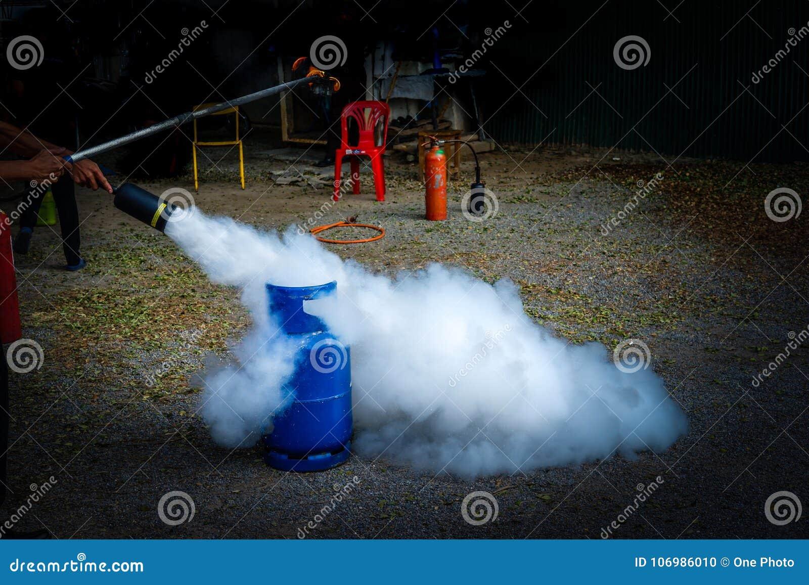 Tanque da proteção contra incêndios na prática da fábrica uma broca de fogo miliampère exterior