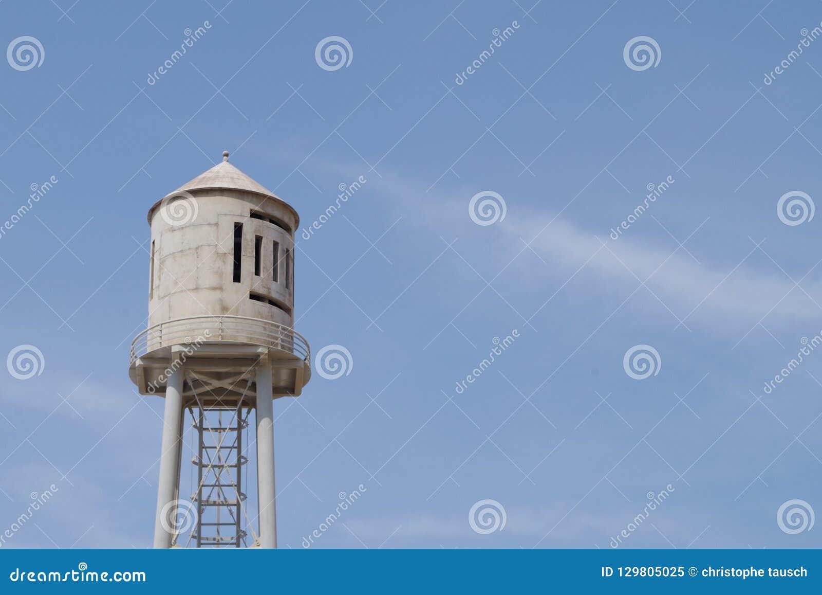 Tanque de água velho em uma torre