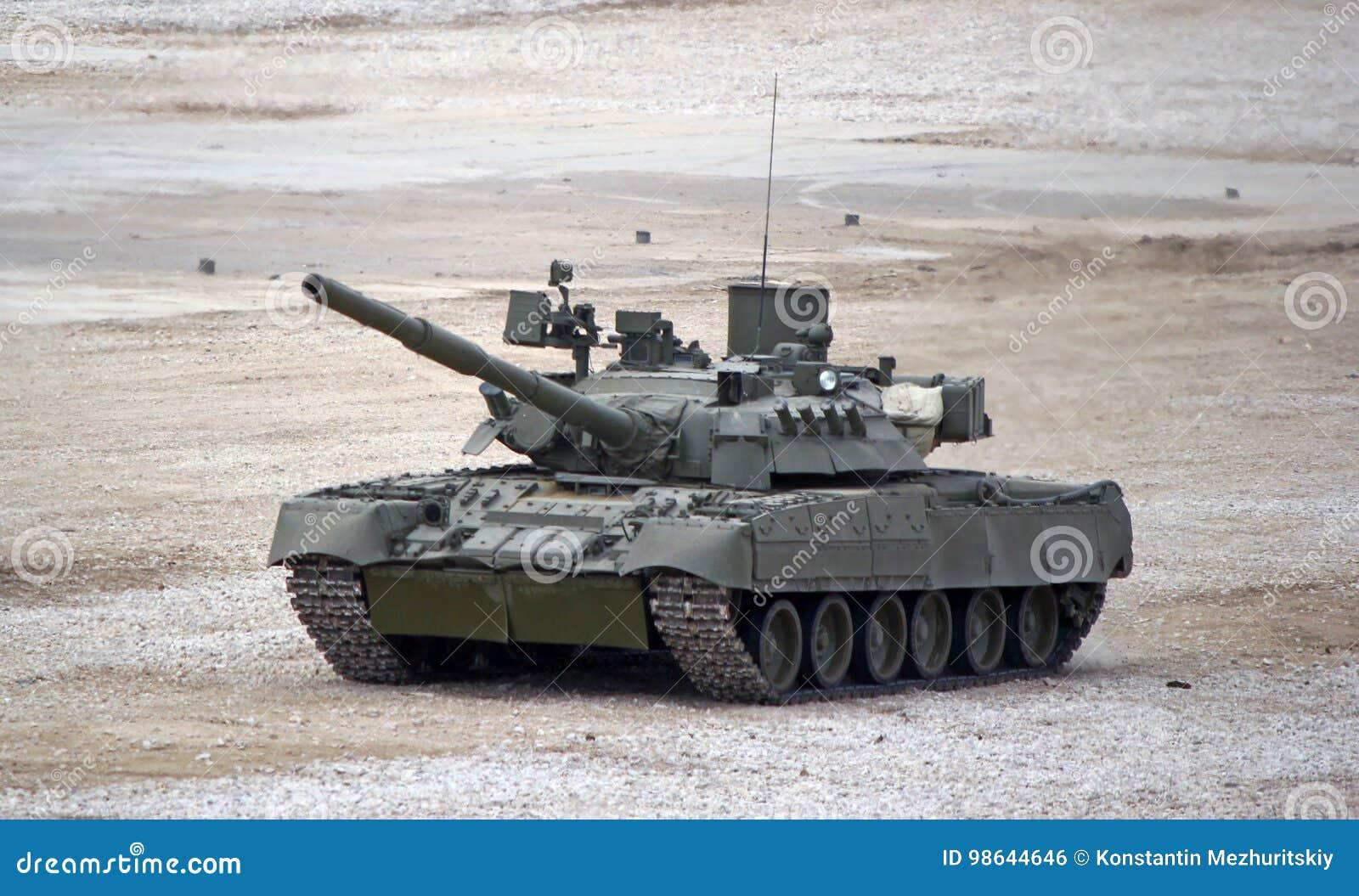 Tanque de batalla principal ruso T-80 en la tierra en combate condiciona