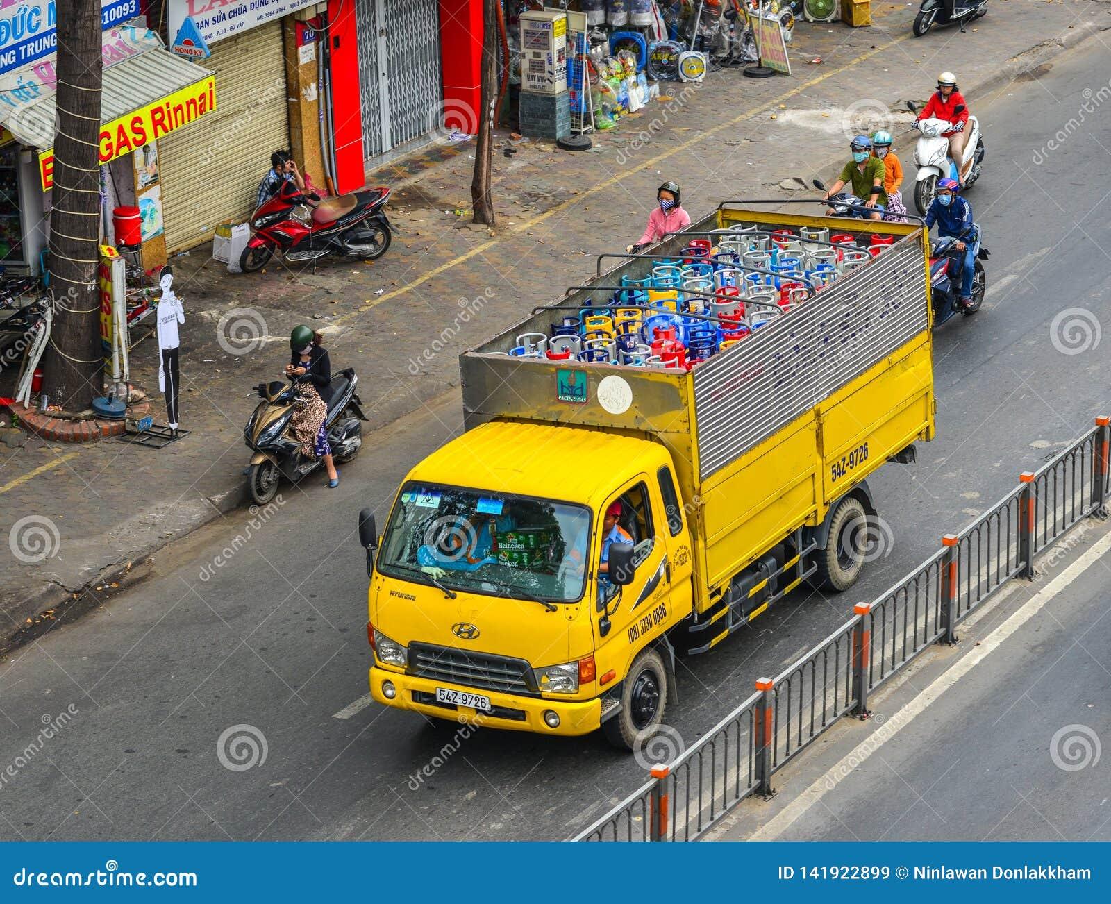 Tanque de gás dos cilindros de gás no caminhão