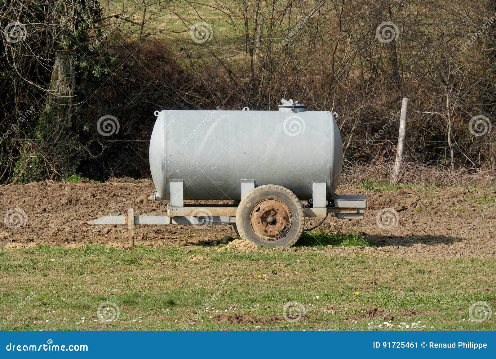 Tanque molhando do gado tradicional em um prado