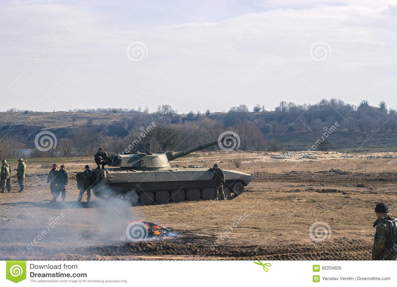 Tanques de guerra que movem-se no deserto OTAN da cena da guerra battlefield