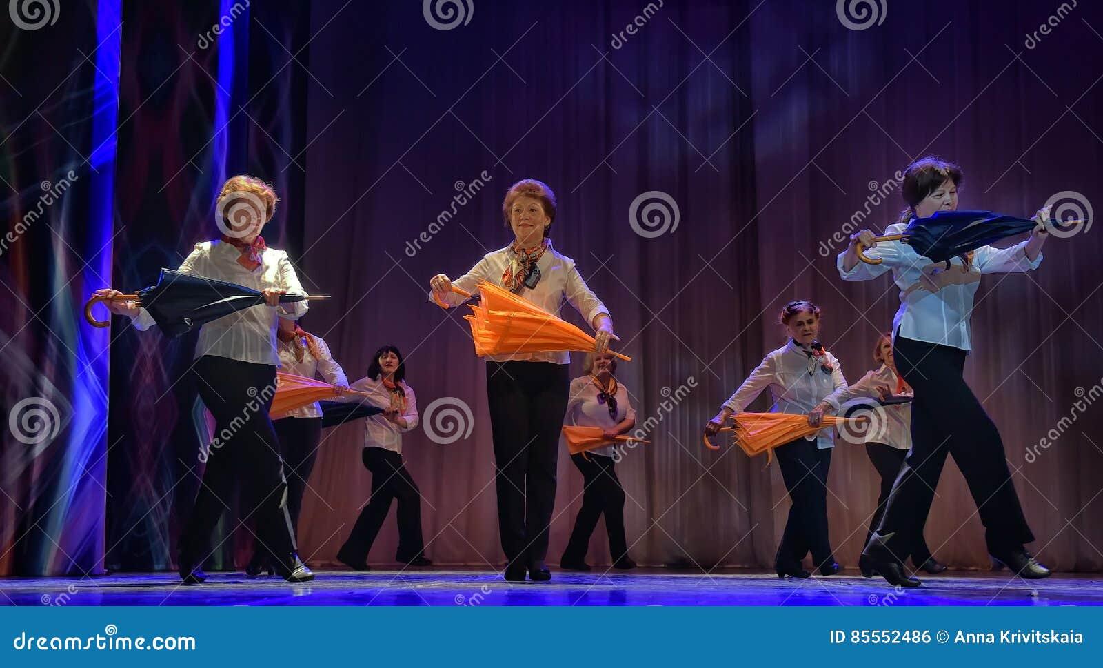 Tanz mit Regenschirmen
