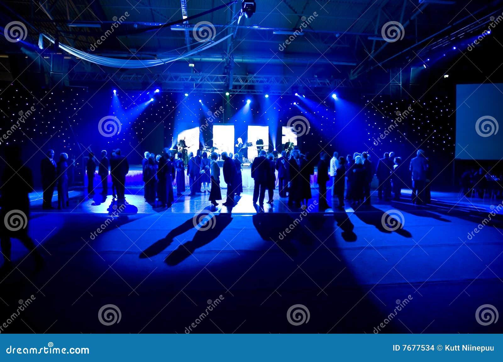 Tanzen unter blaue Leuchten