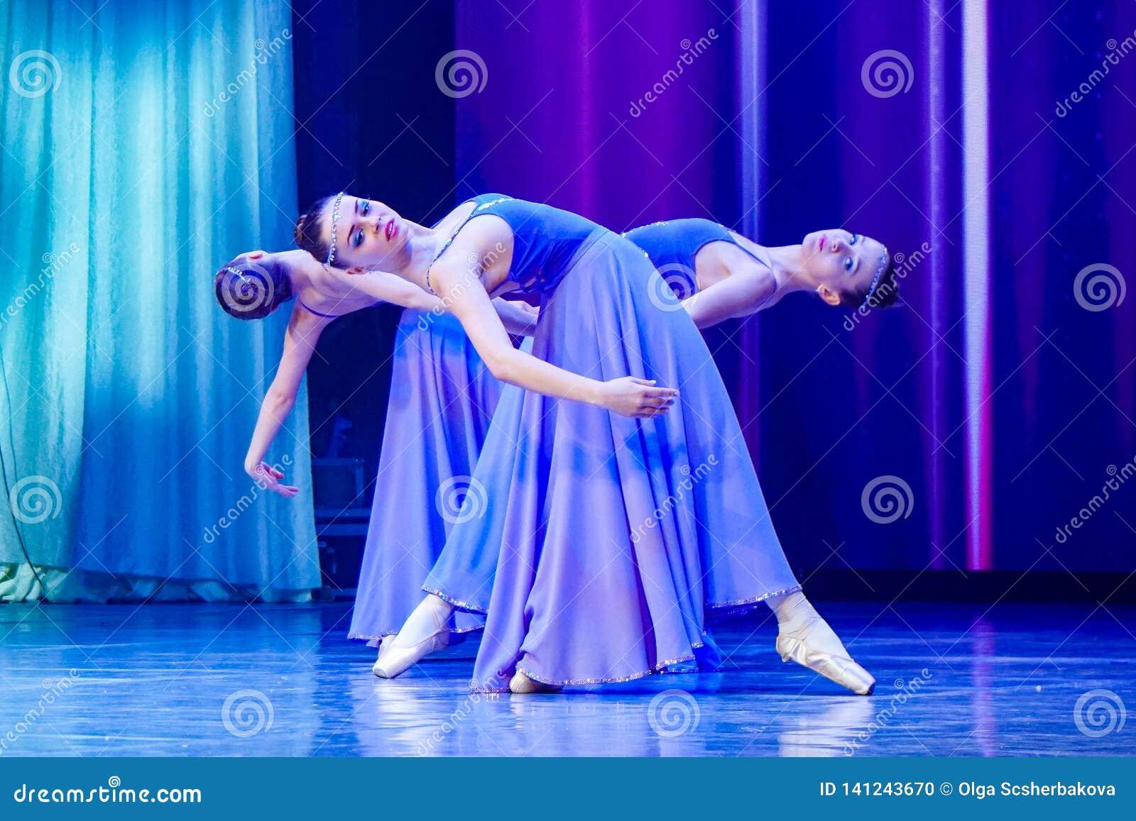 Tanzende Ballerinamädchen in der purpurroten Kleidung