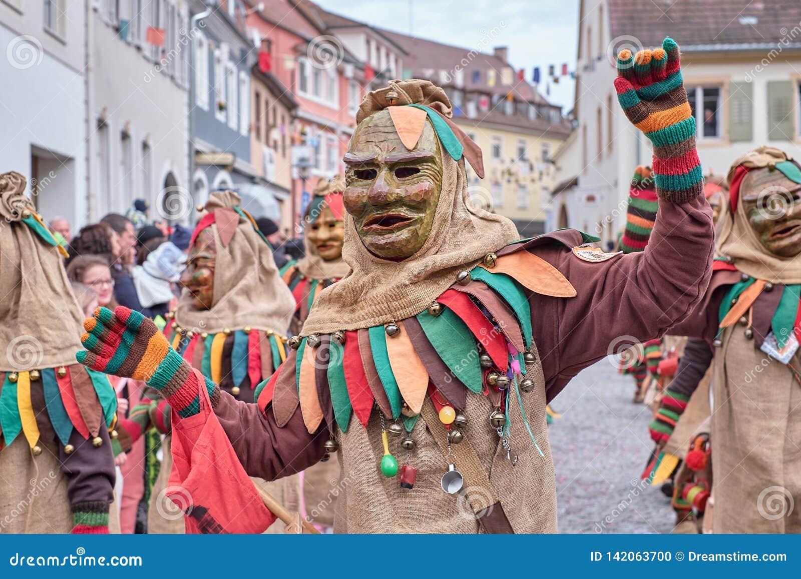 Tanzende Karnevalszahl mit dem Kostüm hergestellt vom Sackstoff