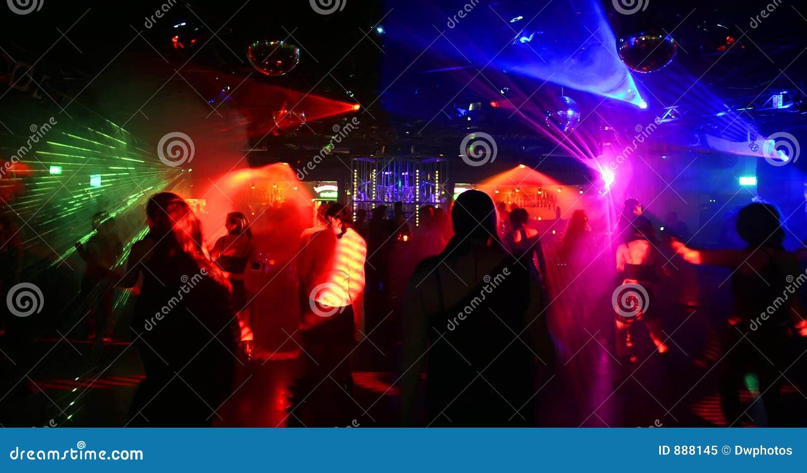 Tanzenleute - extreme Weitwinkelabbildung