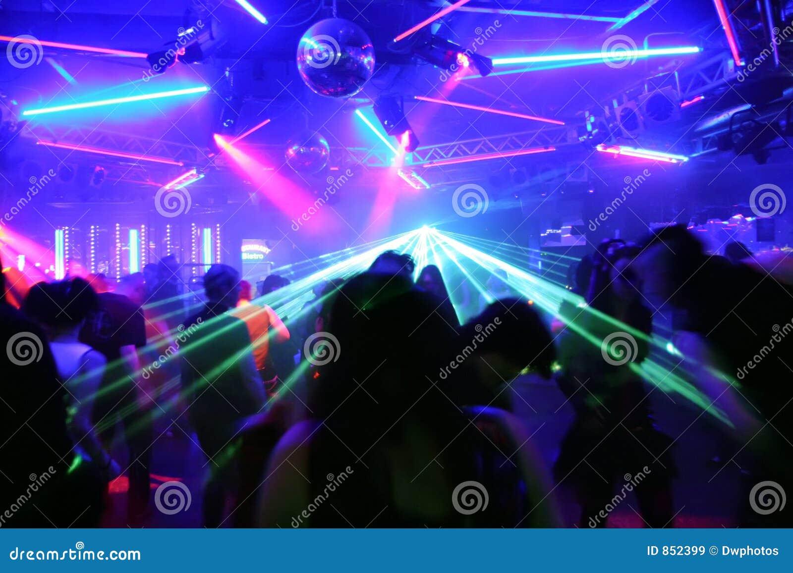 Tanzenleute vor blinkenden Laserstrahlen