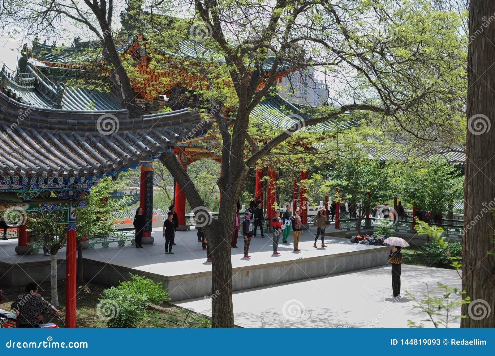 Tanzstunde in einem chinesischen Park