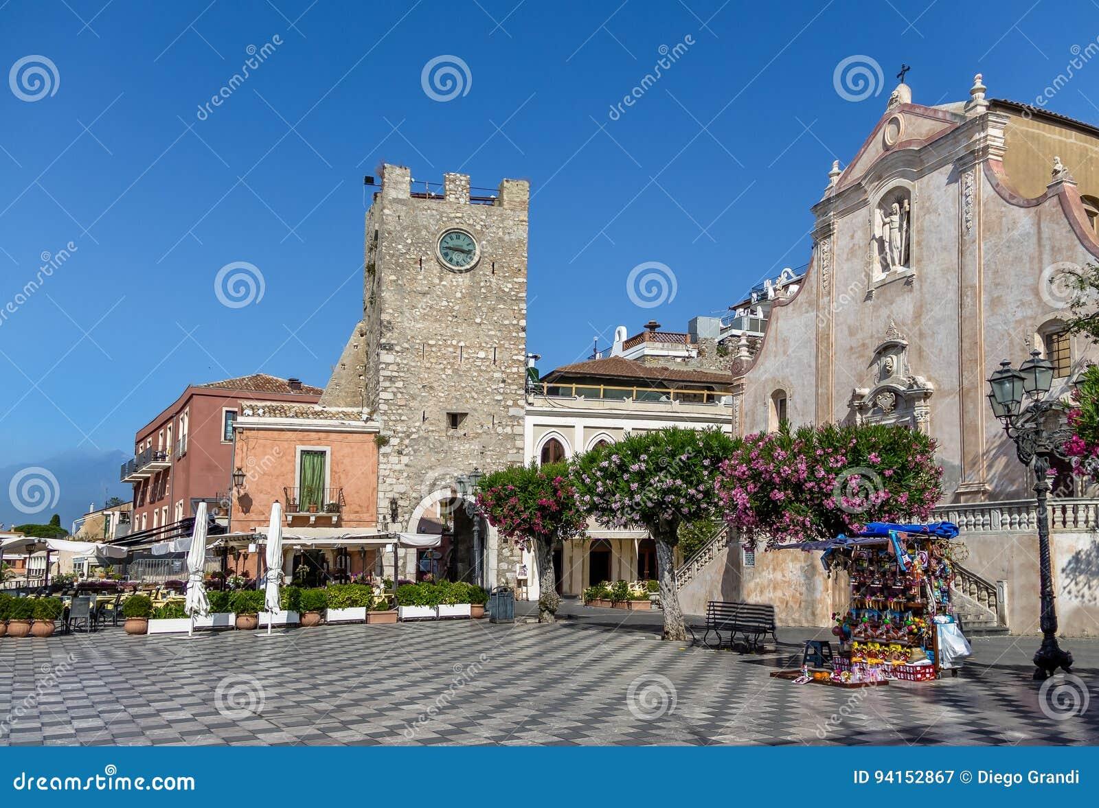 Taormina huvudsaklig fyrkant med San Giuseppe Church och klockatornet - Taormina, Sicilien, Italien