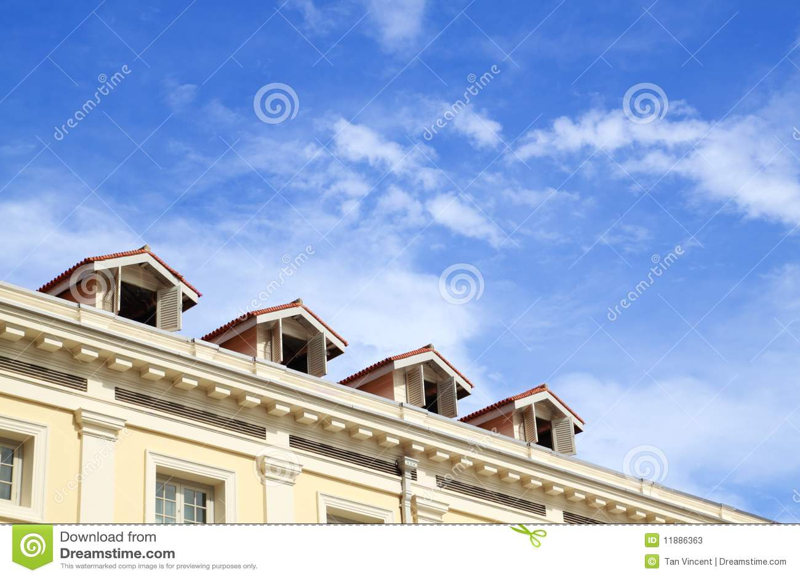 Tapa del hotel con el cielo azul