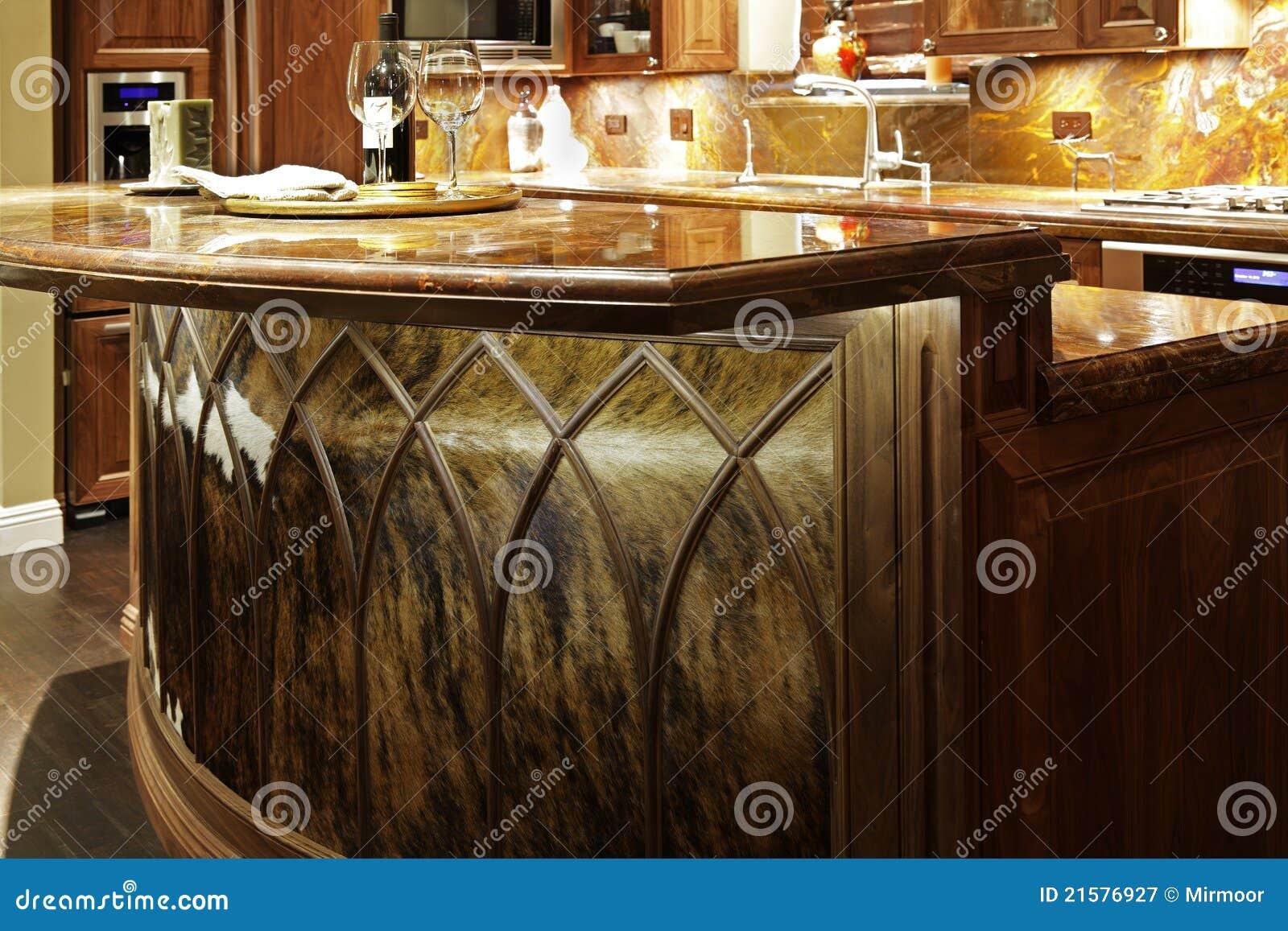 tapas contrarias del granito y de los muebles de madera de la cocina