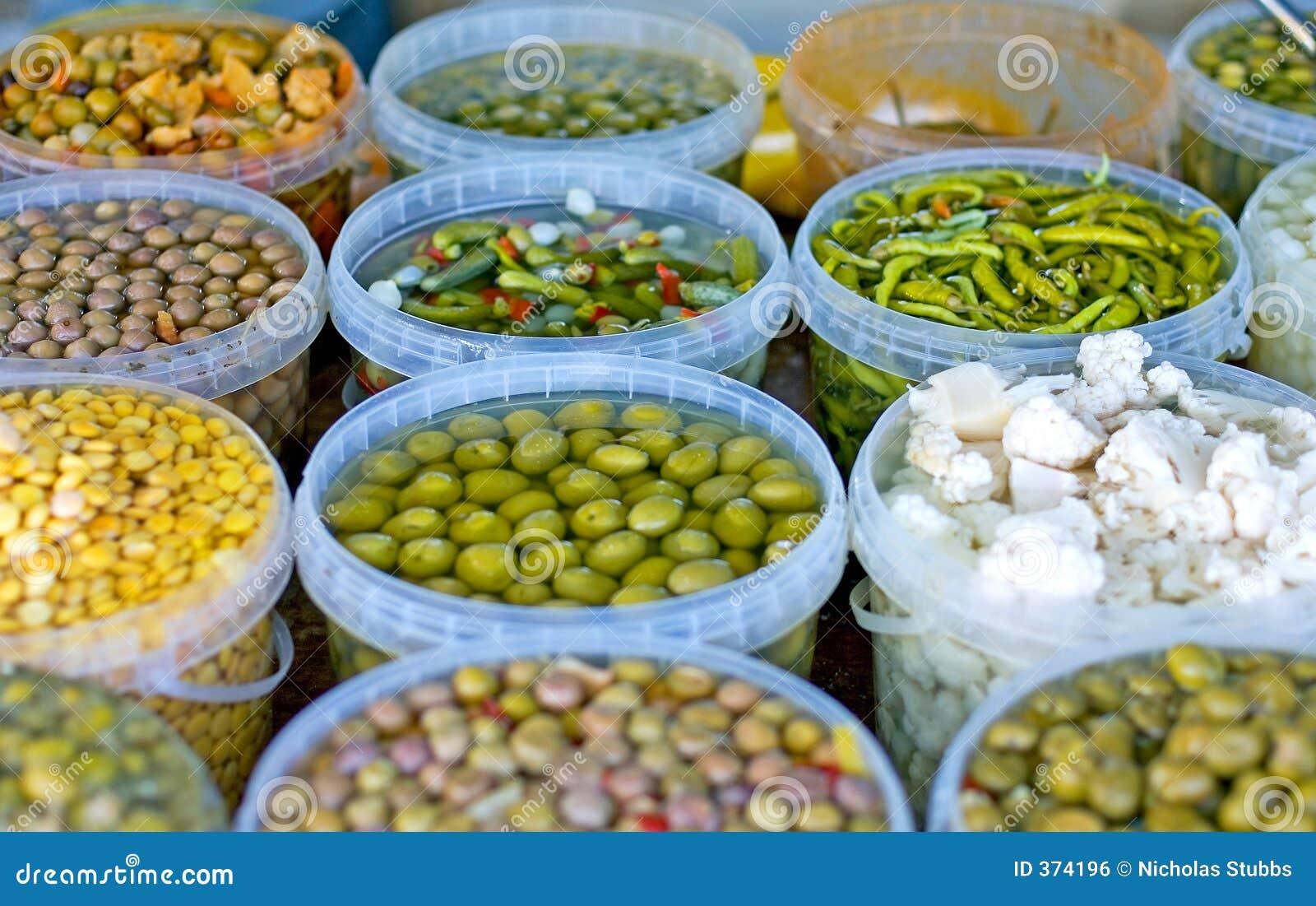 Tapas e especiarias para a venda em um mercado espanhol