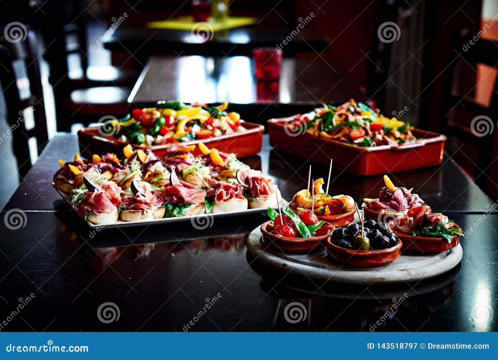 Tapas e saladas em Tapas Bar