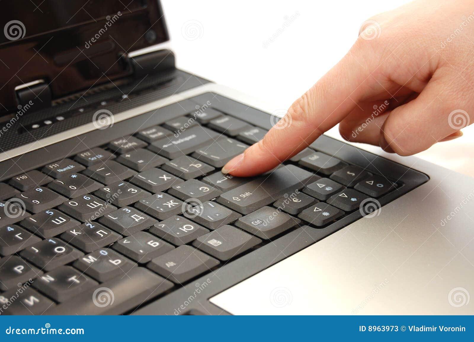 Taper d ordinateur portatif de doigt