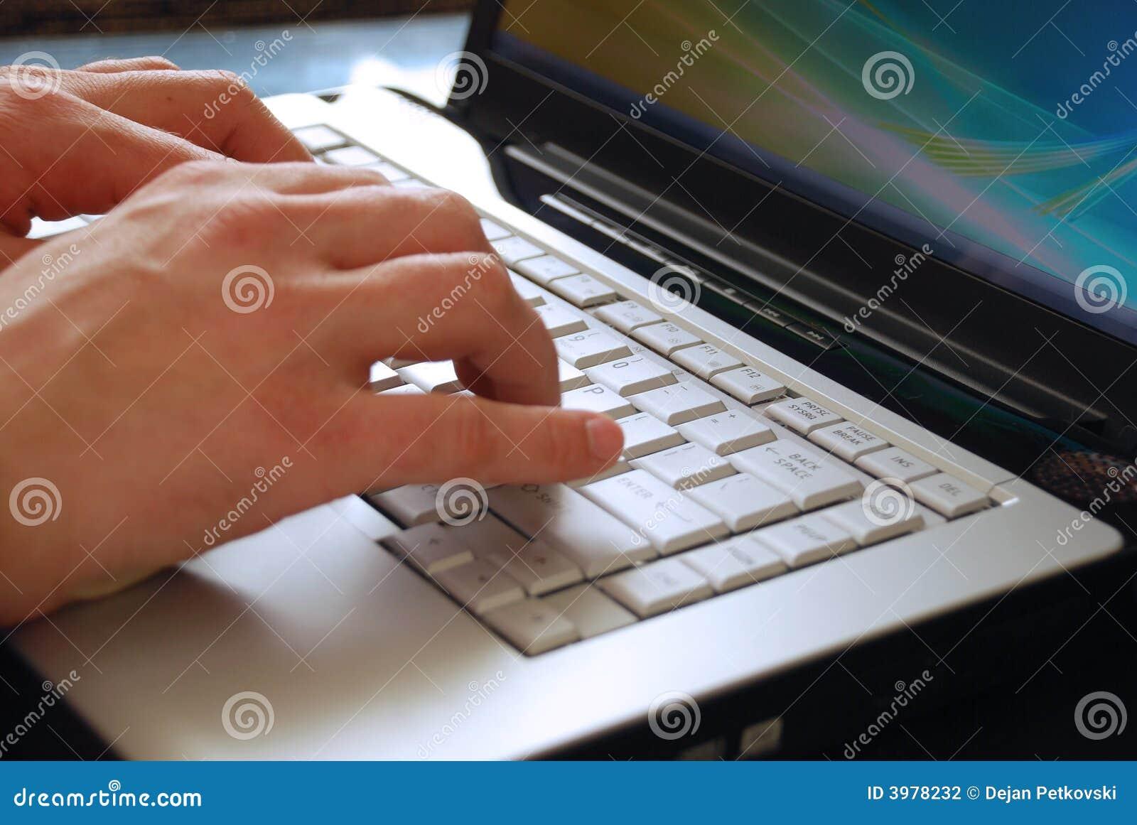 Taper sur un ordinateur portatif