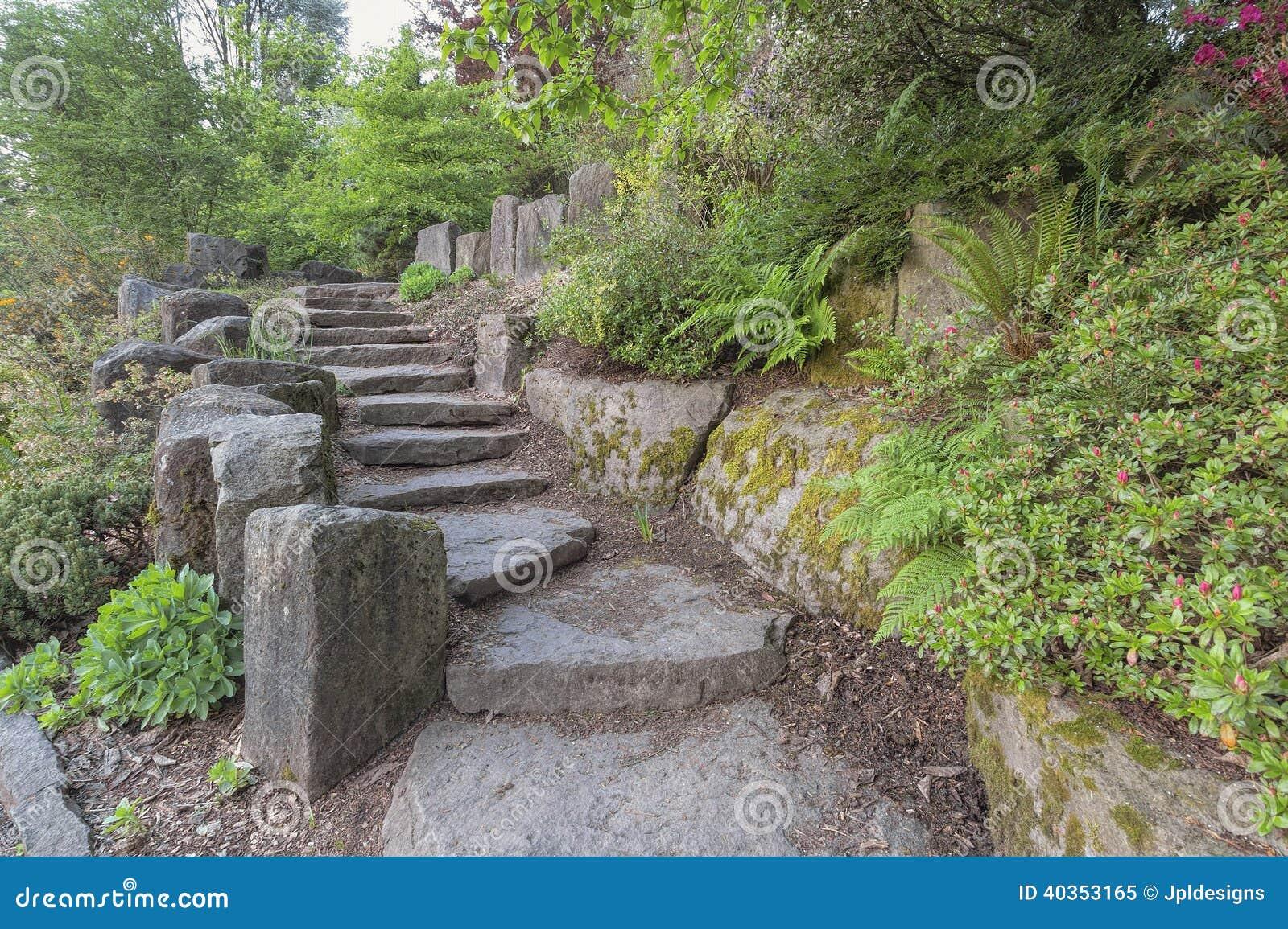 Tapes d 39 escalier de jardin avec les roches naturelles photo stock image 40353165 for Amenager un escalier de jardin