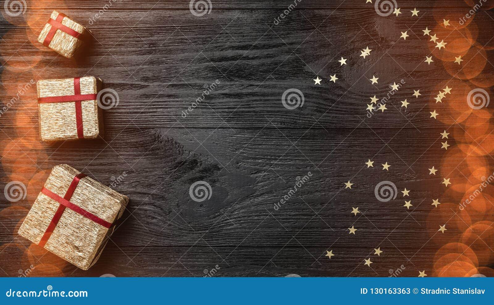 Tapeta zima wakacje na czarnym tle Prezenty i złoto gwiazdy Przestrzeń dla teksta Odgórny widok Xmas kartka z pozdrowieniami