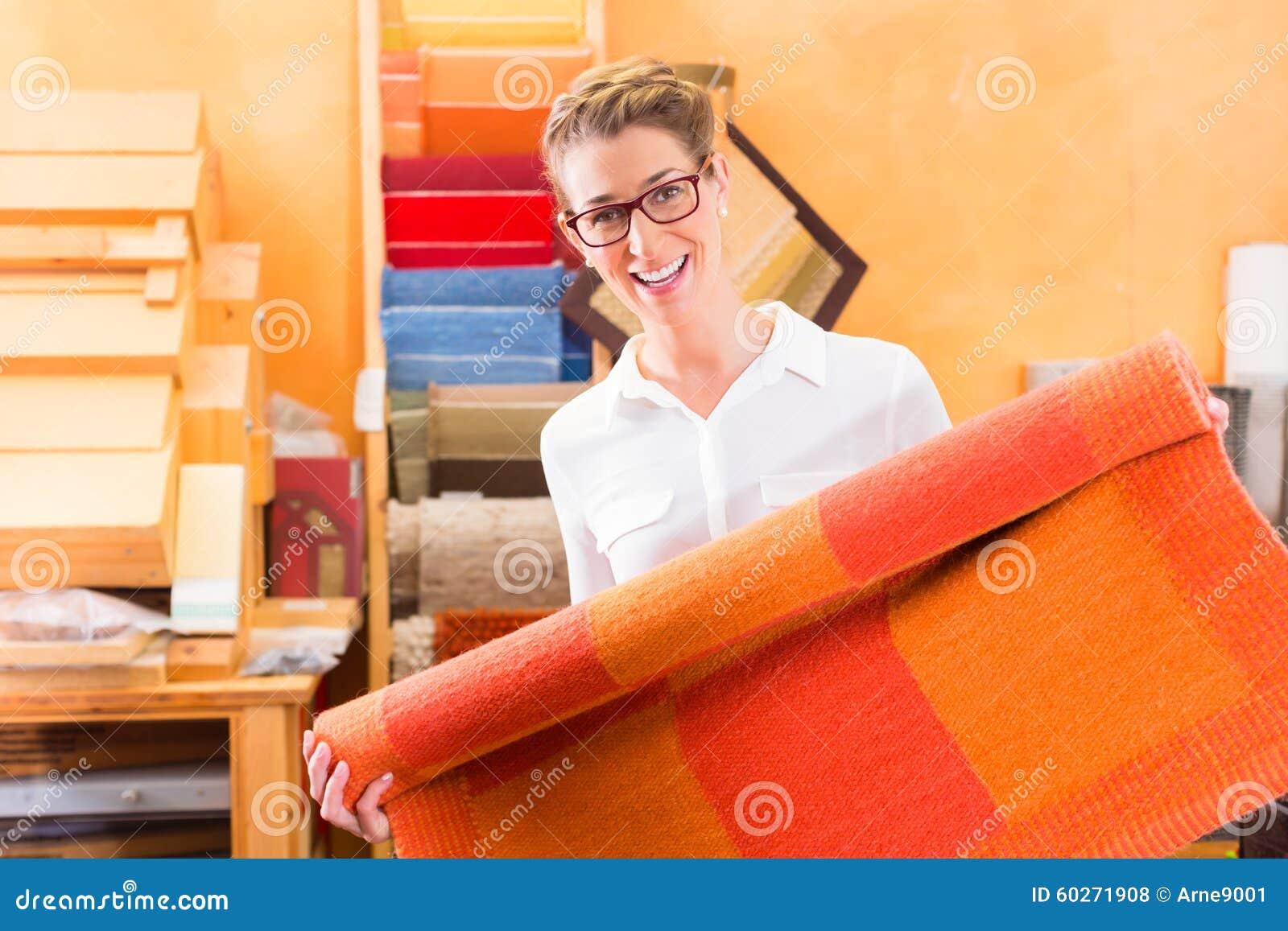 Tapete de compra ou forramento com tapetes do designer de interiores