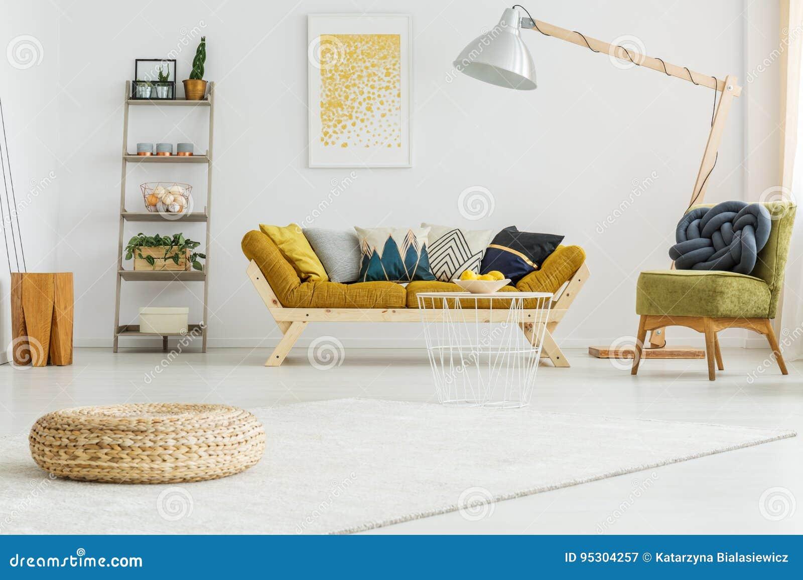 Tapis blanc dans le salon image stock. Image du maison ...
