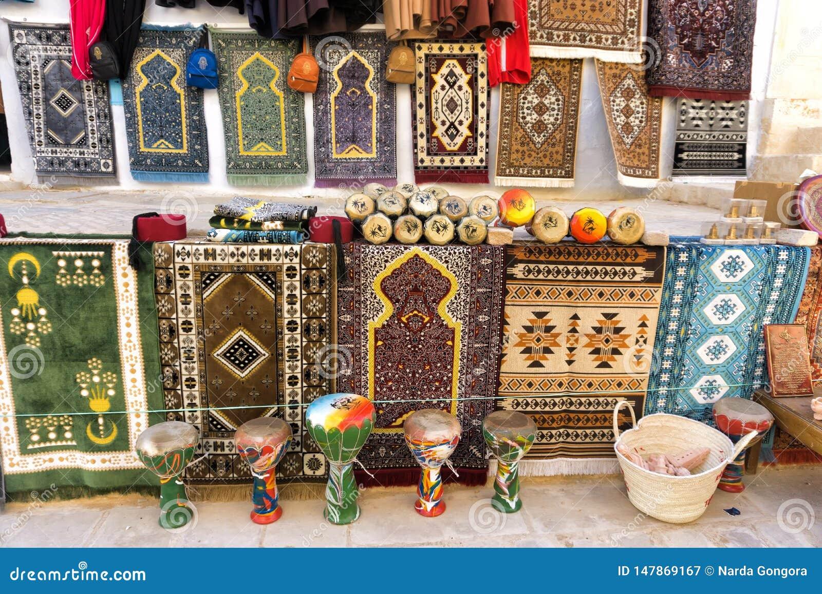 Tapis colorés à vendre dans Kairouan, Tunisie