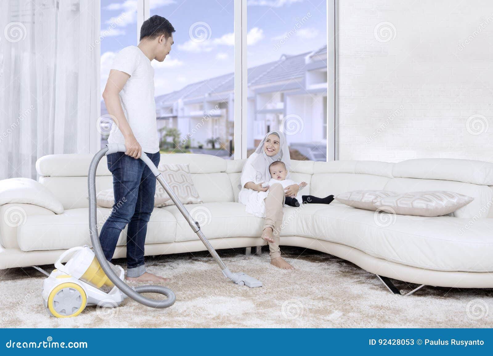 Tapis De Nettoyage De Jeune Homme A La Maison Image Stock Image Du