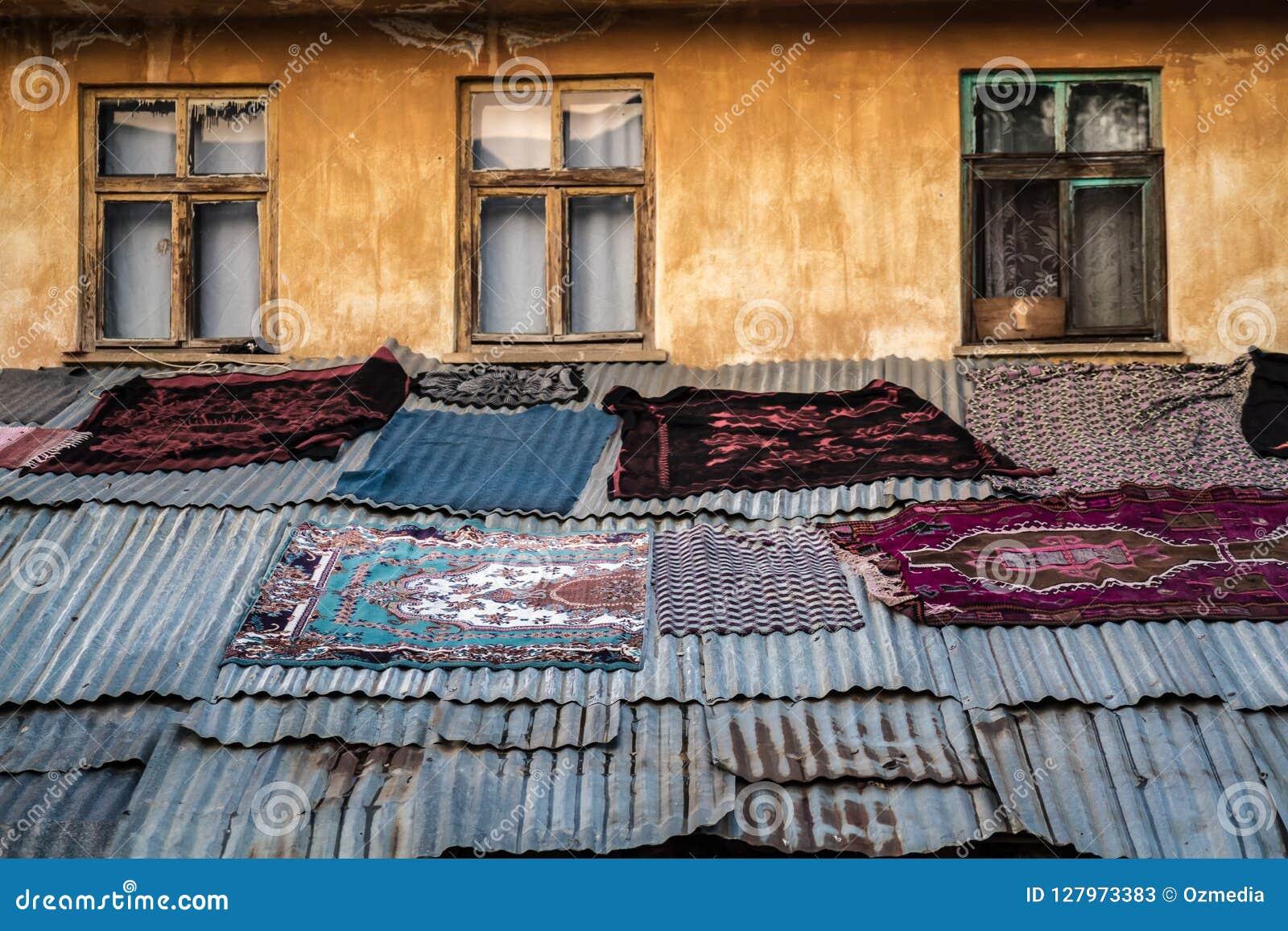 Tapis Ethnique Turc Anatolien Kilims Sur La Plate Forme En Metal