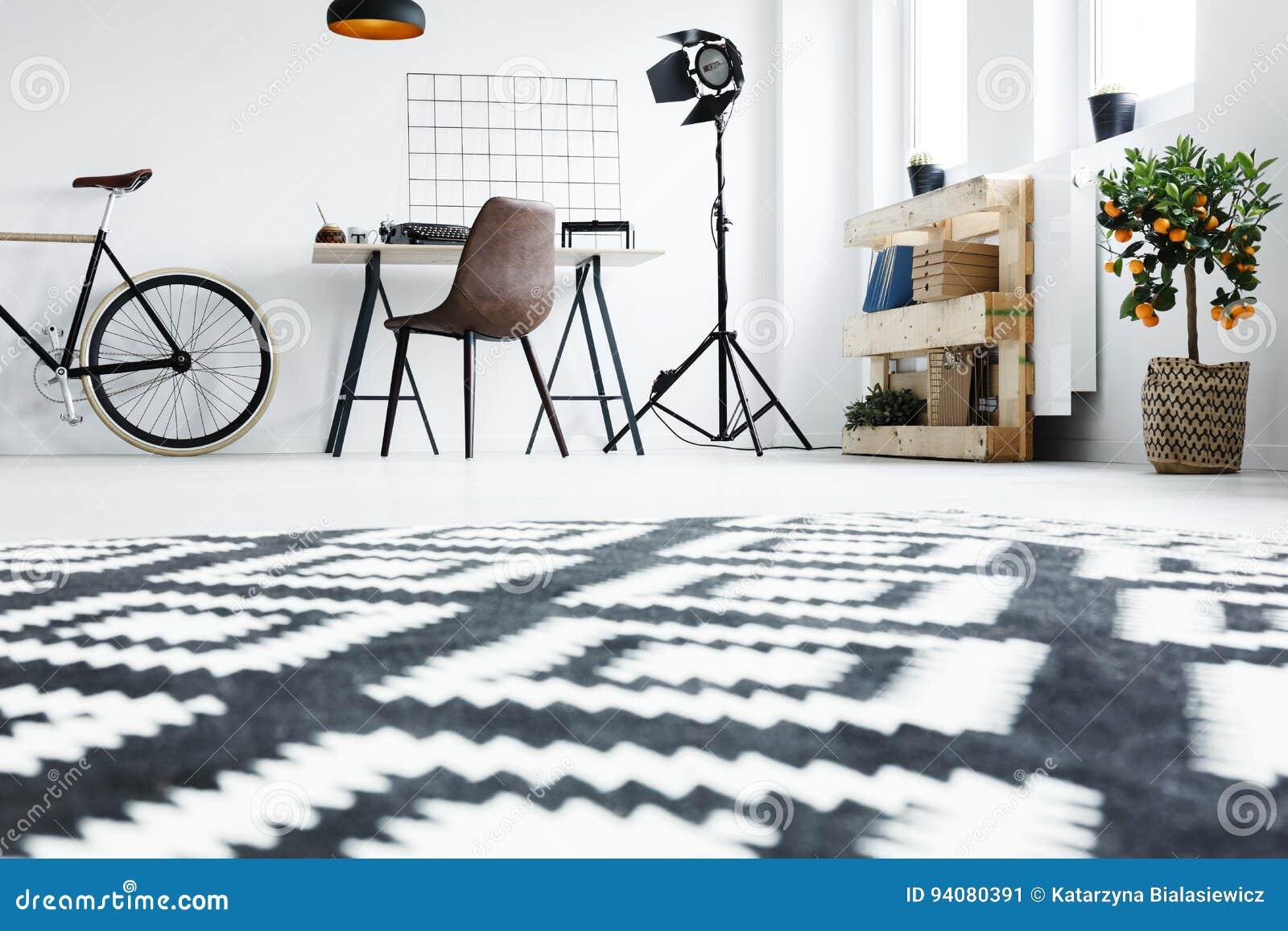 Tapis Noir Et Blanc Dans La Chambre Image stock - Image du vélo ...