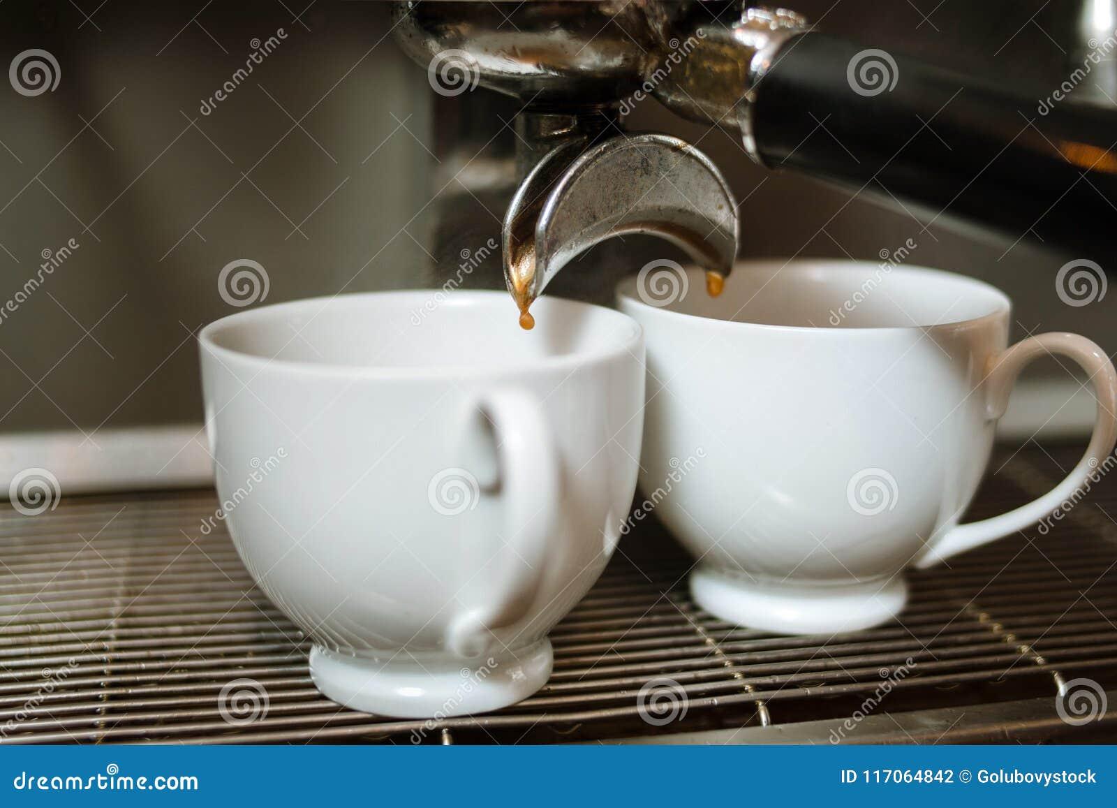 Tappa den stärkande drinken för varm energi för kaffenedgångkoppen