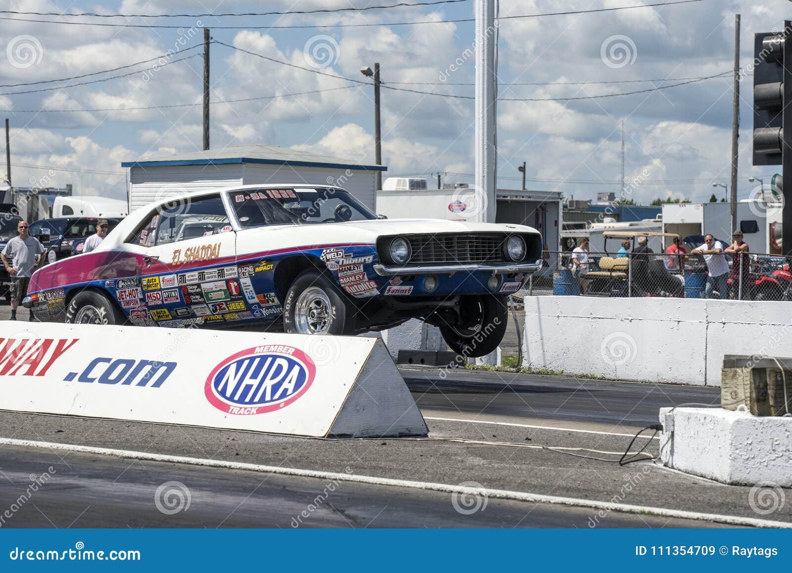 Tappning Chevrolet Camaro som gör en wheelie