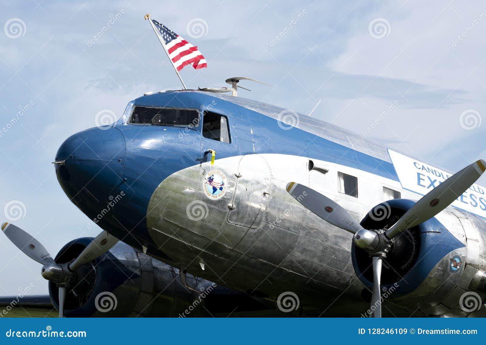 Tappning DC-3 som flyger amerikanska flaggan