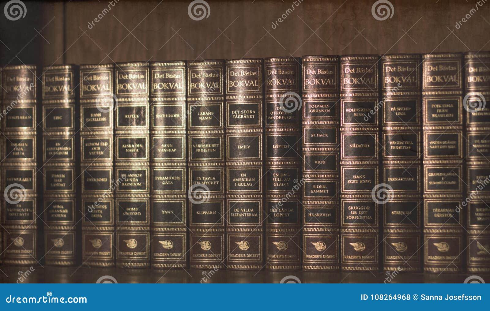 Tappning gamla böcker i träbokhylla