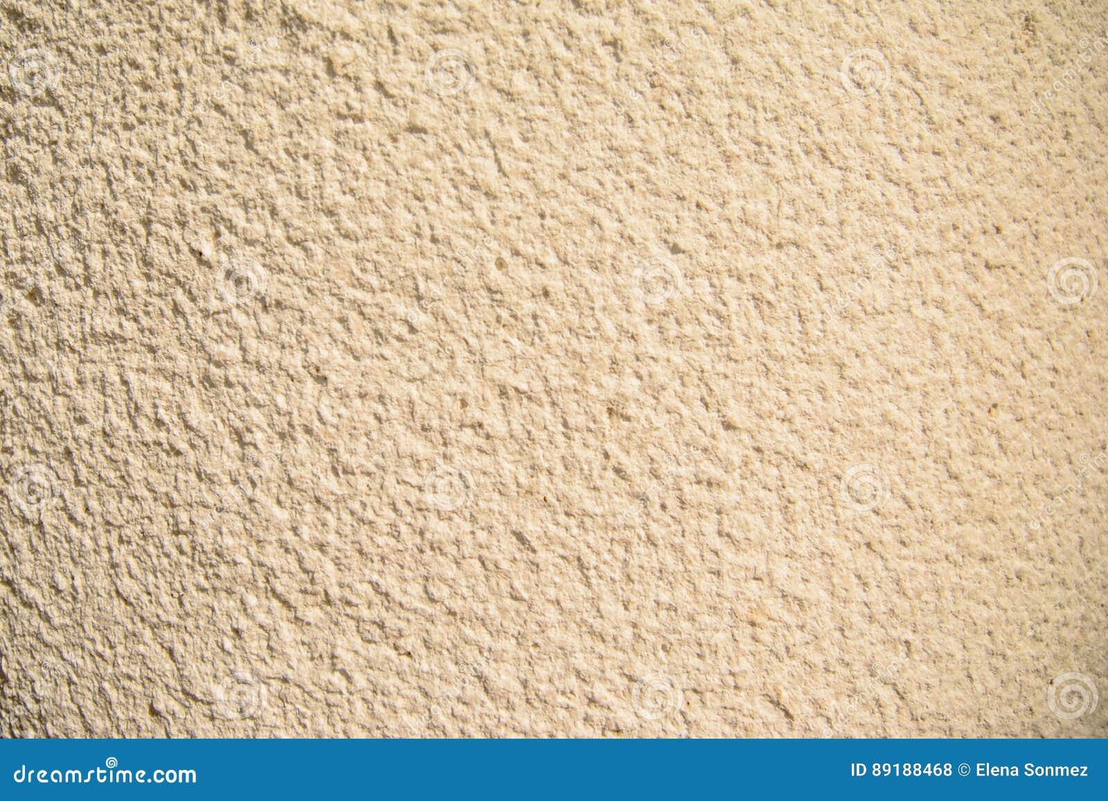Tappning- och grungeguld, kräm eller beigabakgrund av naturligt cement eller gammal textur för sten, retro modellvägg