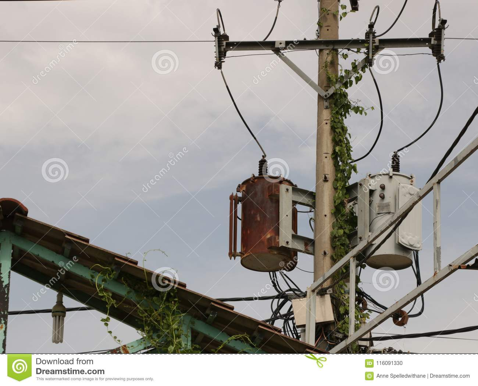 Tappning Rusty Distribution Transformer/elektrisk ask på Pole