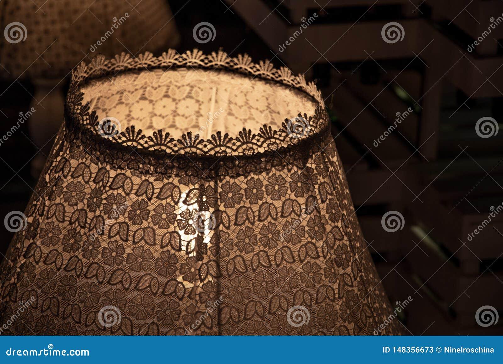 Tappning snör åt lampskärmcloseupen i mörker Sjaskig chic lampdekor Den Retro lampan som dekoreras med utsmyckat, snör åt och mön