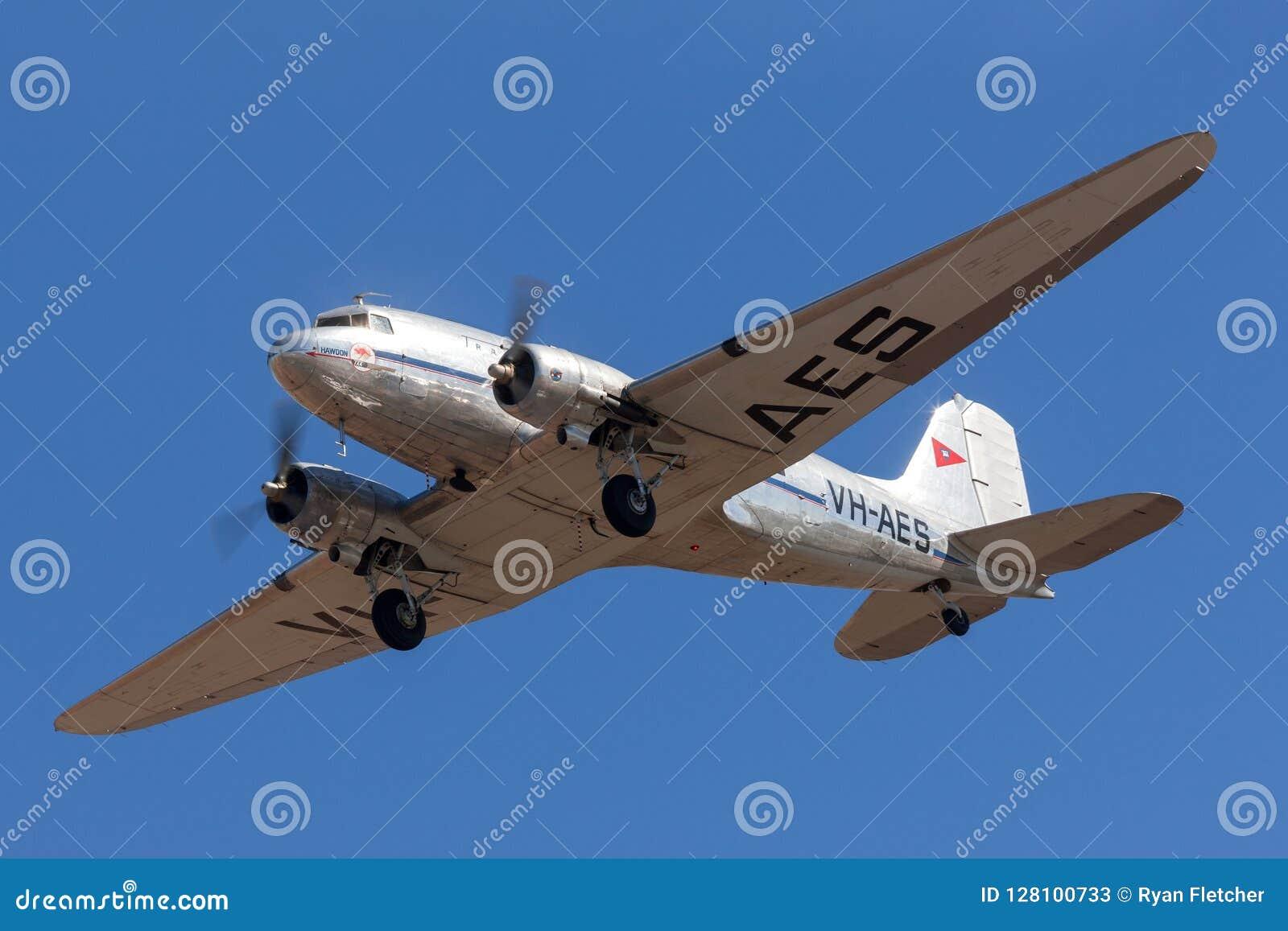 TappningDouglas DC-3C trafikflygplan VH-AES i livré för trans. Australian Airlines