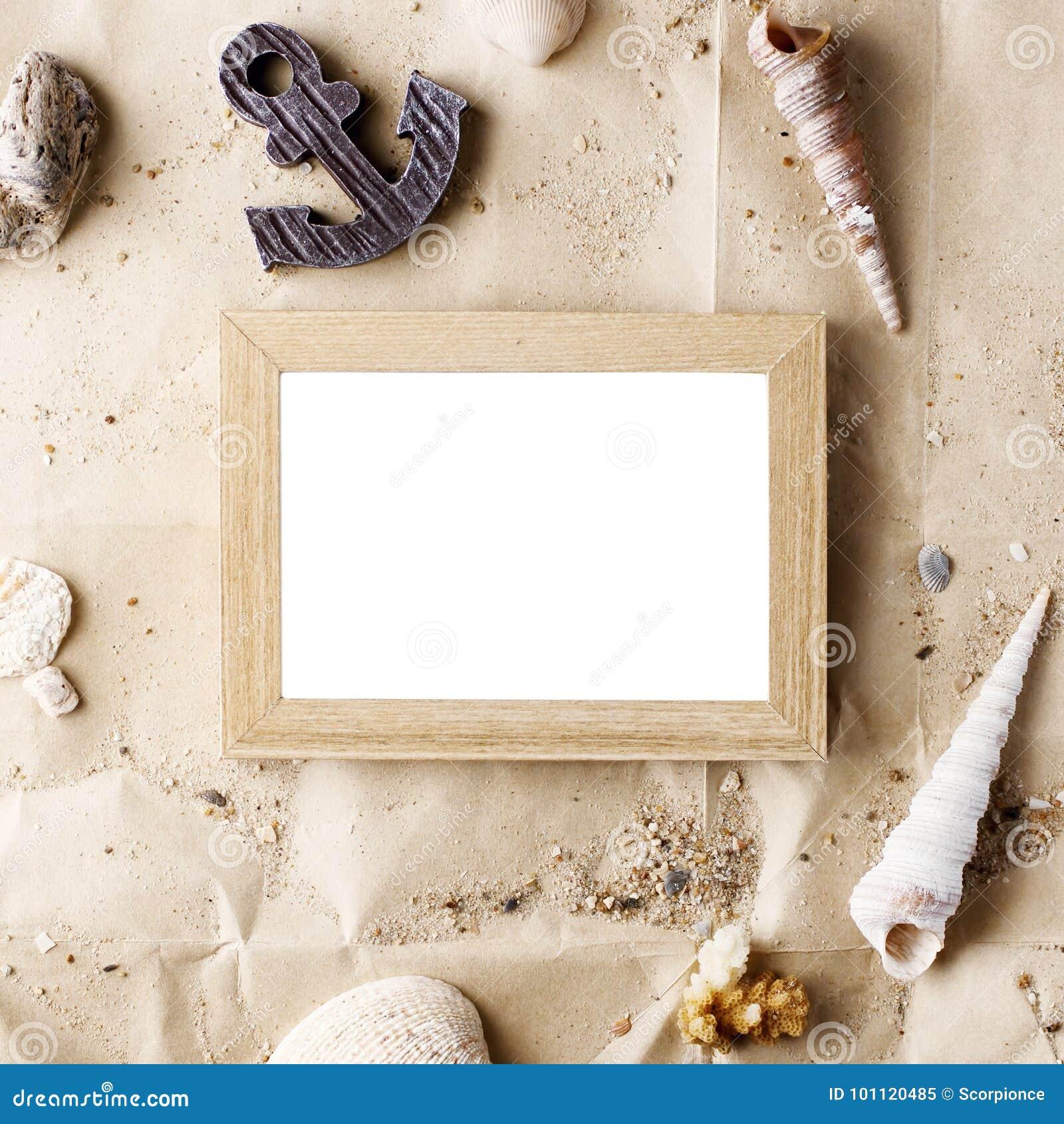 Tappningförlöjligar träfotoramen på hantverkpapper med sand- och havsskal upp