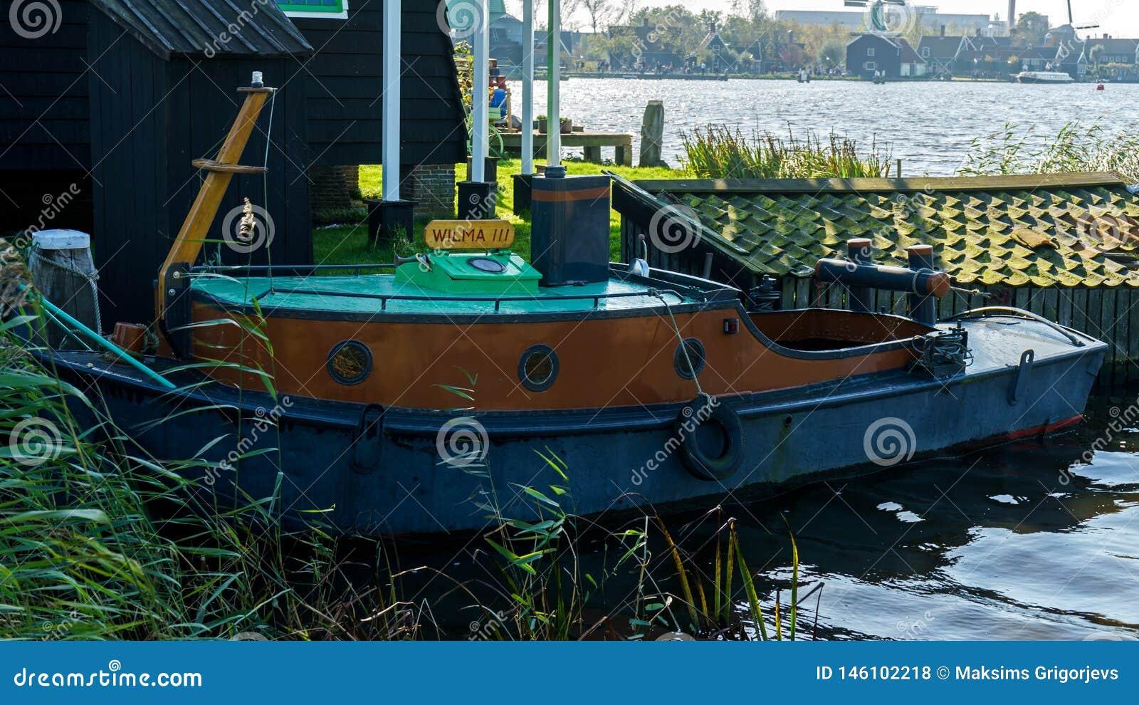Tappningfiskebåt i hamn i Holland, Nederländerna