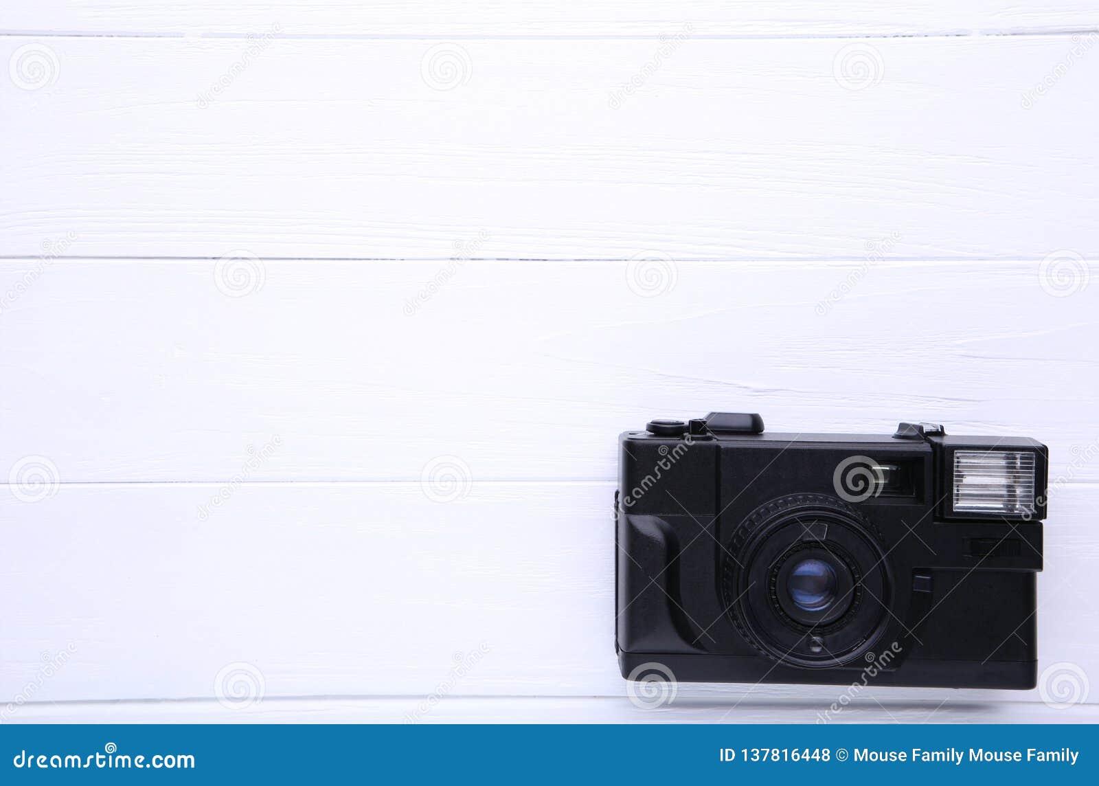 Tappningkamera på vit träbakgrund Gammal fotokamera på bakgrund