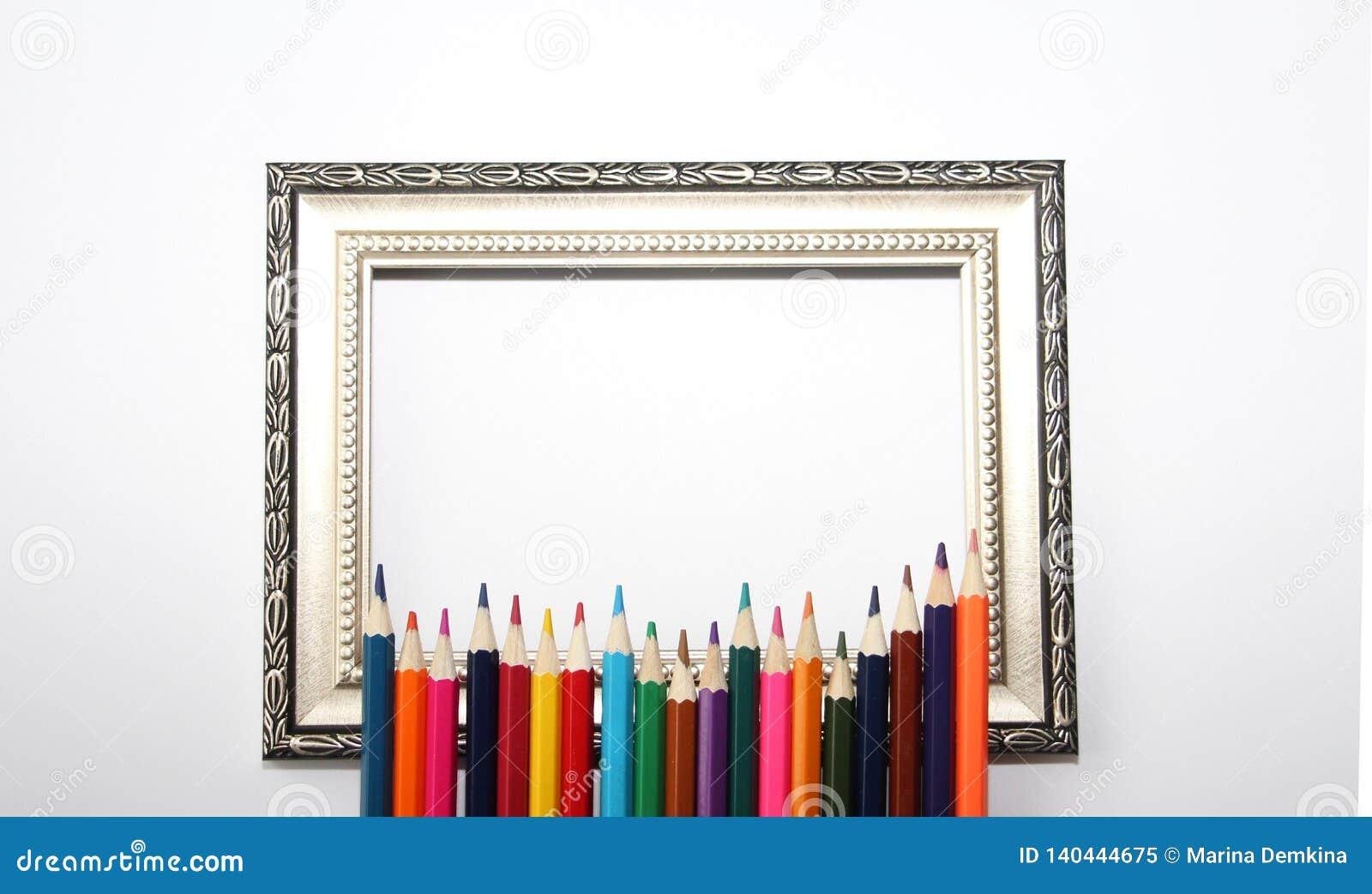 Tappningram för målningar och kulöra blyertspennor på en vit bakgrund