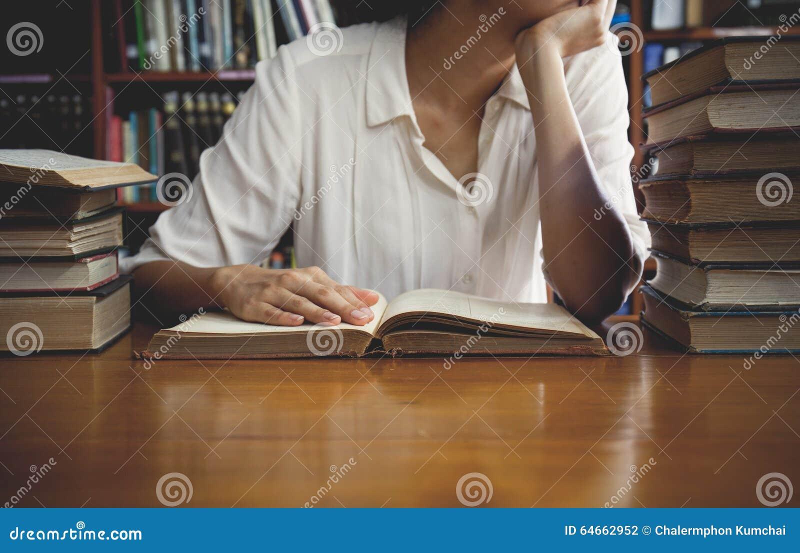 Tappningsignal av att läsa ett bokbegrepp