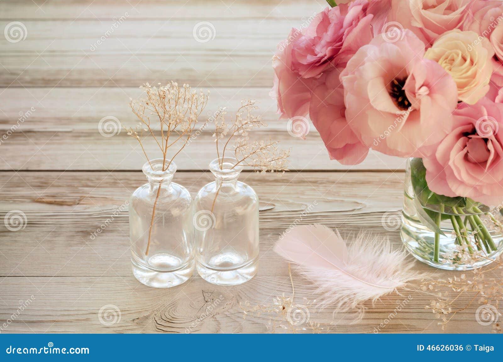 Tappningstilleben med eustomaen blommar i en vas med fearher