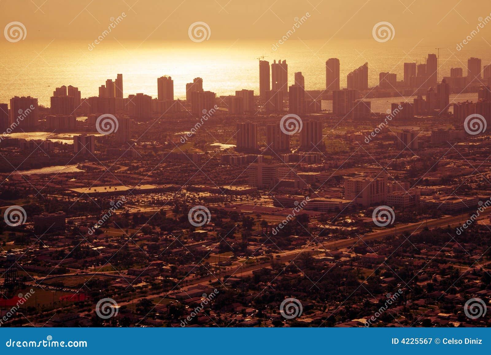Puesta del sol sobre Miami céntrica