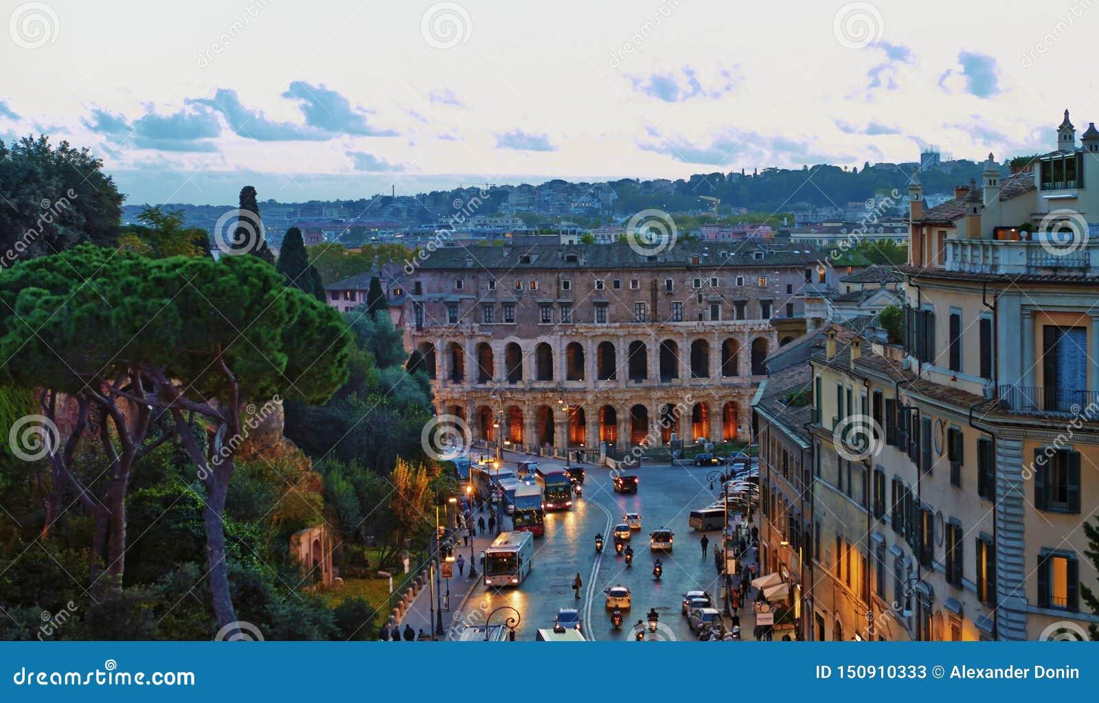 Tarde del edificio del panorama de Roma Opini?n del tejado de Roma con arquitectura antigua en Italia en la puesta del sol