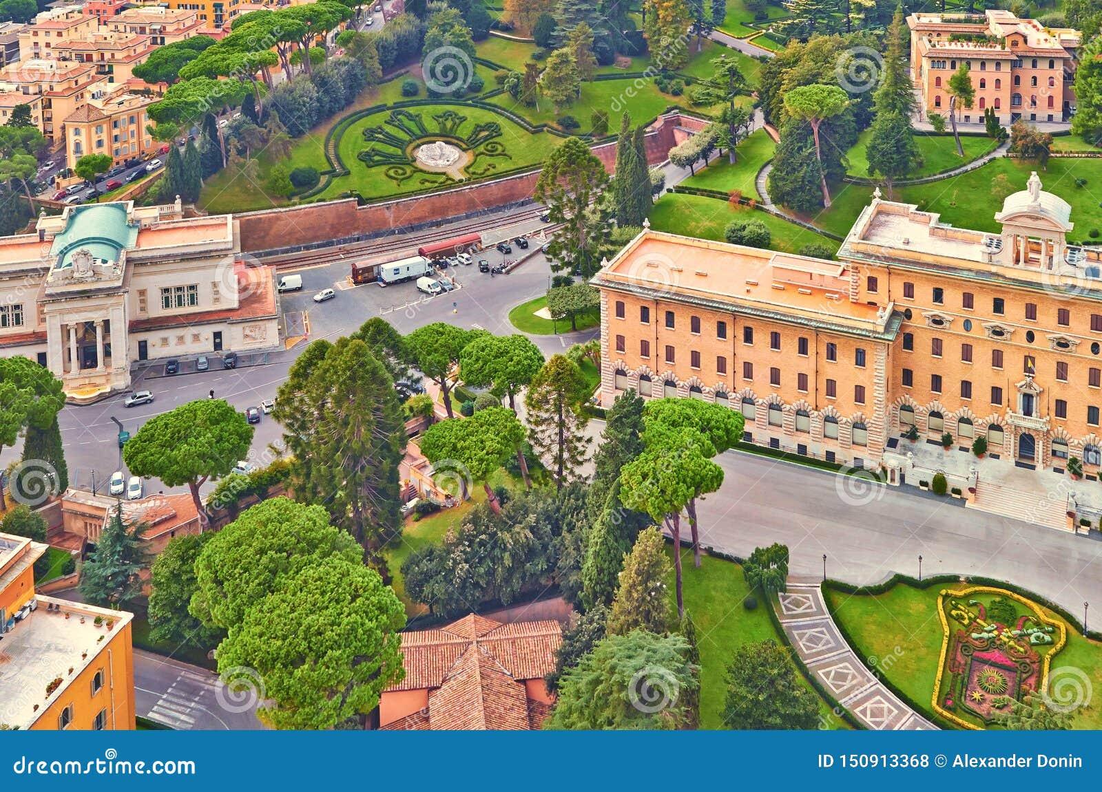 Tarde del edificio del panorama de Roma Opini?n del tejado de Roma con arquitectura antigua en Italia