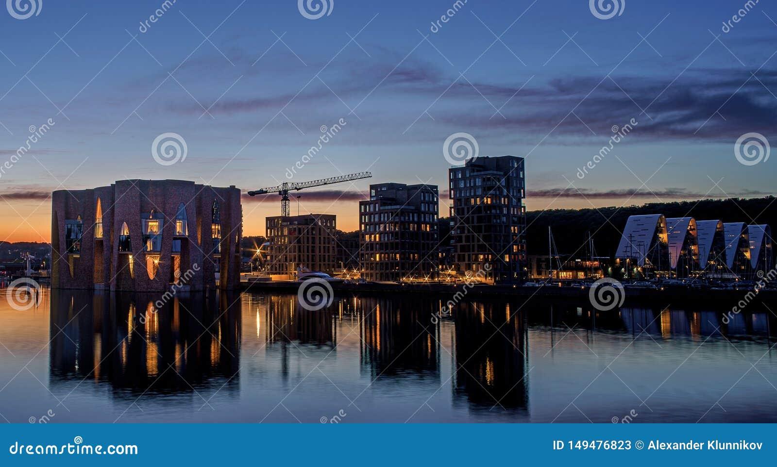 Tarde hermosa en Dinamarca Opini?n de la noche sobre la ciudad