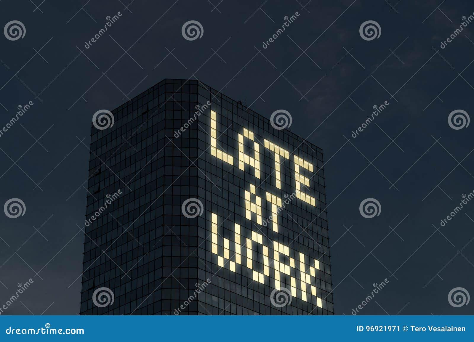 Tarde no conceito do trabalho Trabalho fora do tempo estipulado e horas extra Cansado e forçado do demasiado as coisas a fazer no