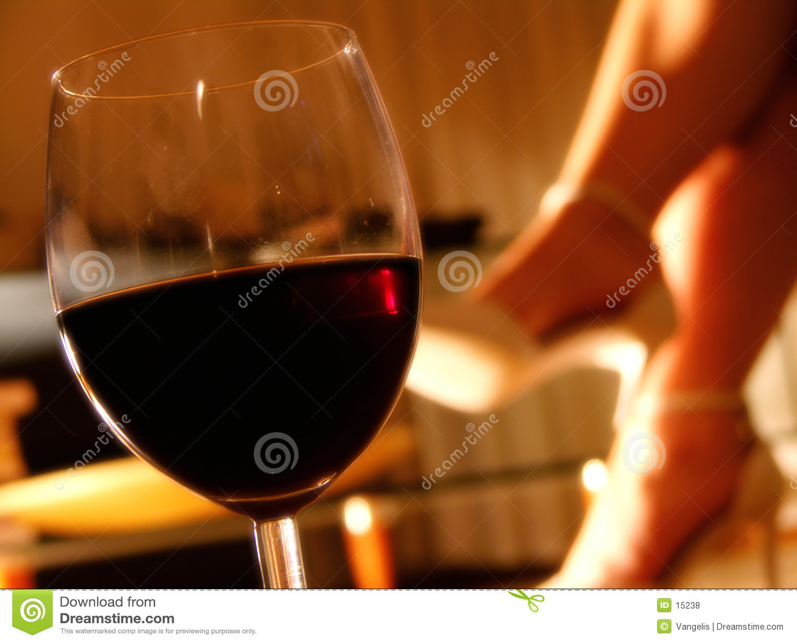 Tarde romántica con un vidrio de vino
