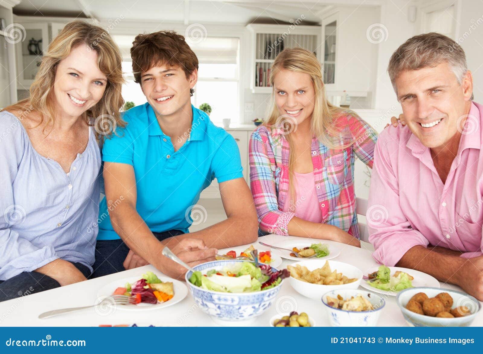 TARGET1062_0_ rodzina posiłek w domu